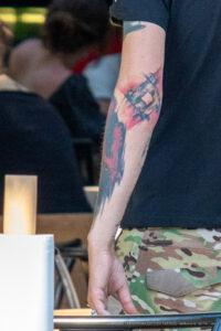 Тату узоры в стиле треш-полька на левой руке мужчины – Фото Уличная тату (street tattoo) № 13 – 27.06.2021 4