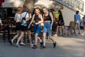 Тату яблоко и змея на руке молодой девушки – Фото Уличная тату (street tattoo) № 13 – 27.06.2021 1