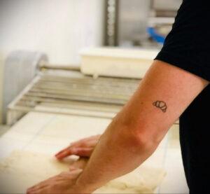 Фото татуировки круассан 05.06.2021 №004 - croissant tattoo - tatufoto.com