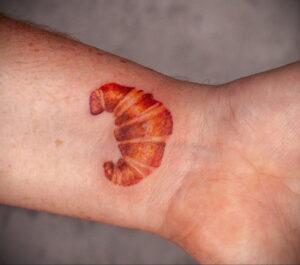 Фото татуировки круассан 05.06.2021 №016 - croissant tattoo - tatufoto.com