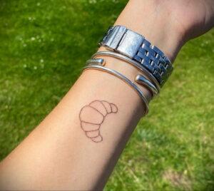 Фото татуировки круассан 05.06.2021 №052 - croissant tattoo - tatufoto.com