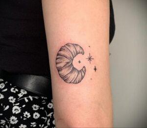 Фото татуировки круассан 05.06.2021 №053 - croissant tattoo - tatufoto.com