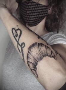 Фото татуировки круассан 05.06.2021 №066 - croissant tattoo - tatufoto.com
