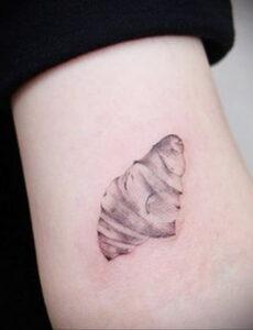 Фото татуировки круассан 05.06.2021 №114 - croissant tattoo - tatufoto.com