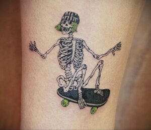 Фото тату со скейтбордом 19.06.2021 №004 - skateboard tattoo - tatufoto.com