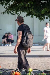 Фрагмент татуировки с хвостом дракона на плече бездомного мужчины – Фото Уличная тату (street tattoo) № 13 – 27.06.2021 1