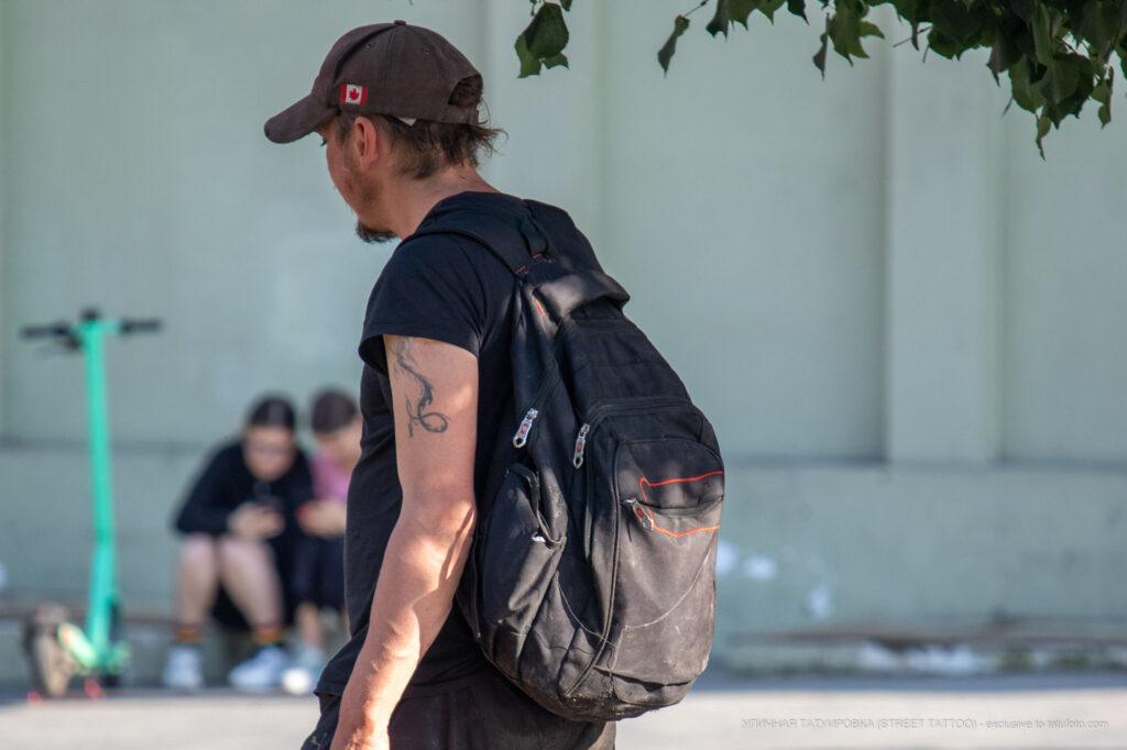 Фрагмент татуировки с хвостом дракона на плече бездомного мужчины – Фото Уличная тату (street tattoo) № 13 – 27.06.2021 2