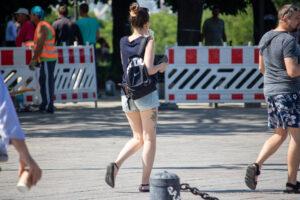 Фрагмент тату с цветами на правом бедре девушки – Фото Уличная тату (street tattoo) № 13 – 27.06.2021 1