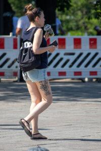 Фрагмент тату с цветами на правом бедре девушки – Фото Уличная тату (street tattoo) № 13 – 27.06.2021 4