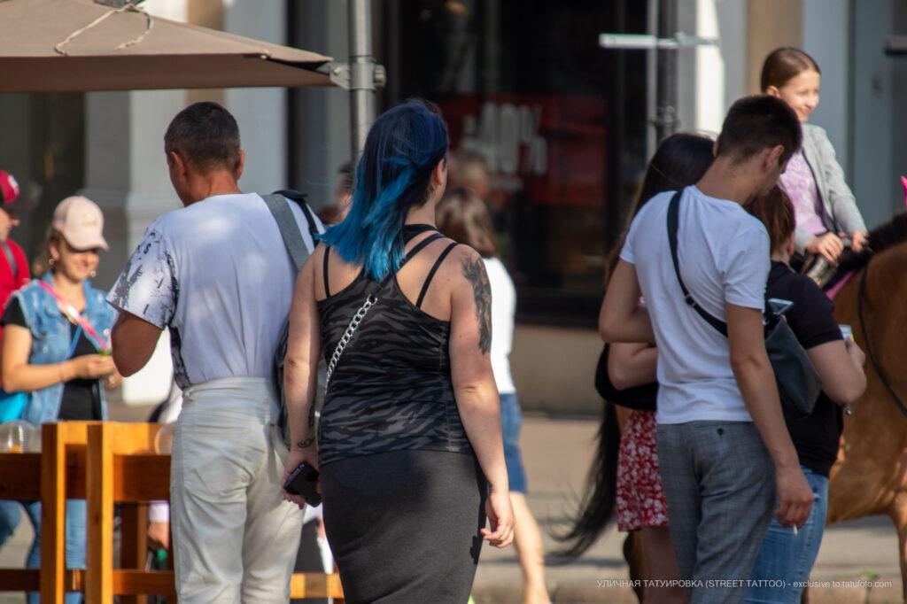 Фрагмент тату с черепом на правом плече девушки – Фото Уличная тату (street tattoo) № 13 – 27.06.2021 2