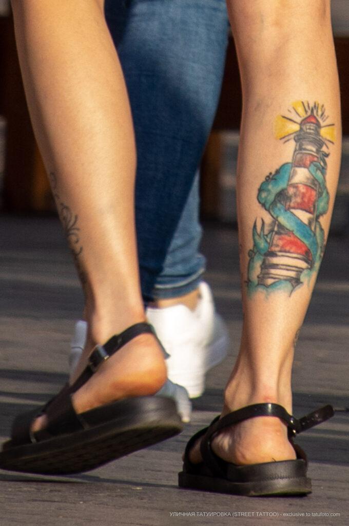 Цветная тату с маяком на правой ноге у девушки – Фото Уличная тату (street tattoo) № 13 – 27.06.2021 4