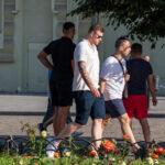 Черно красные тату с надписями на правой руке парня – Фото Уличная тату (street tattoo) № 13 – 27.06.2021 1